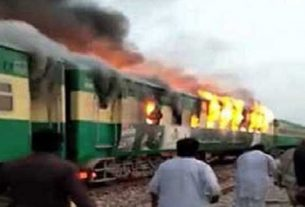 fire-karachi-express-in-pakistan
