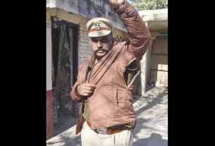 angry-young-man-fights-with-traffic-asi-and-torn-his-uniform