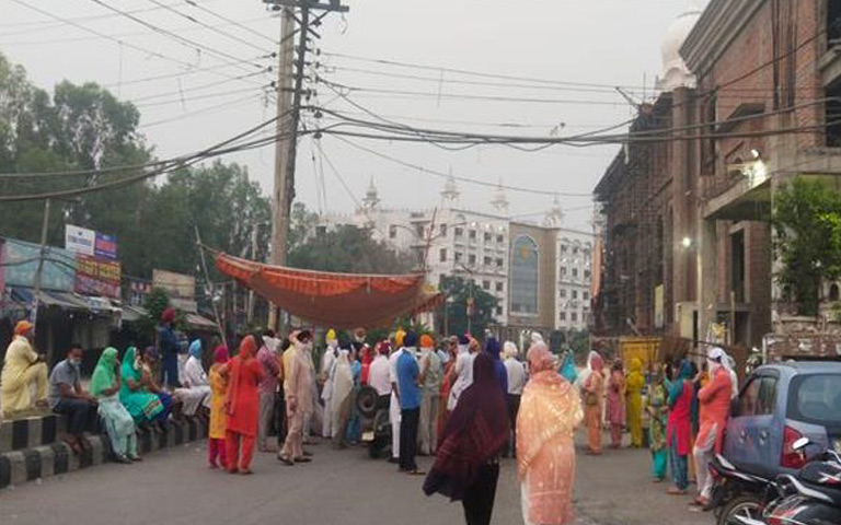 sri-harmandir-sahib-pilgrims-in-market