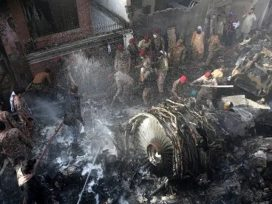 pakistan-plane-crashes-in-residential-area