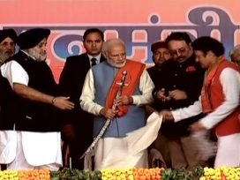 sukhbir and salaria honoured modi with lohi fallen on ground