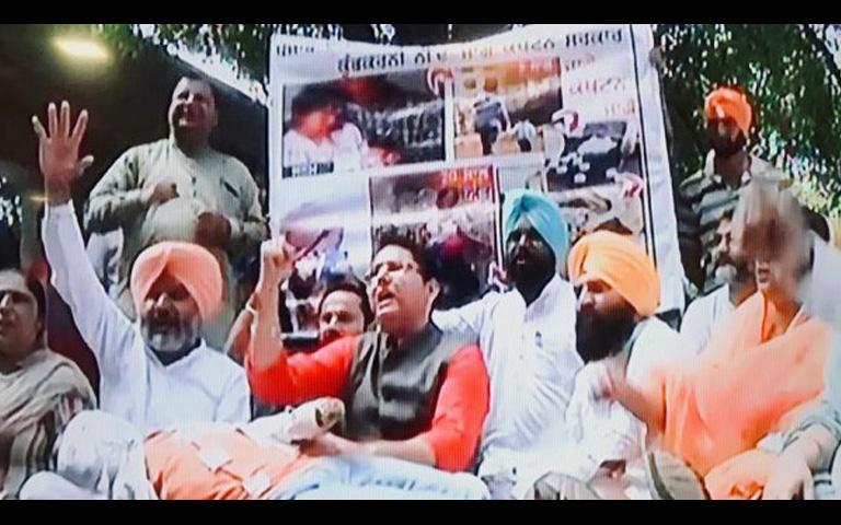 aap and akali dal protested outside vidhan sabha against punjab govt